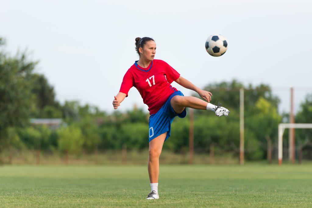 Takareiden revähdys on yleinen vamma hyppyjä ja potkuja sisältävissä lajeissa. Kuvituskuva jalkapalloilijasta.